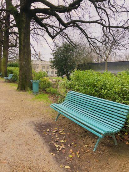 タボール公園の青いベンチ