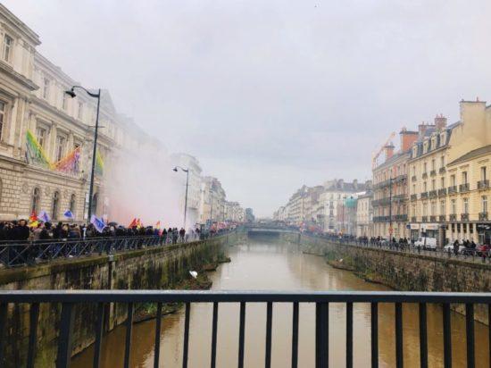 レンヌの橋から見えるデモ