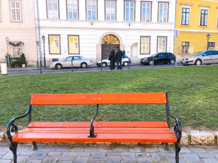 オレンジのベンチ