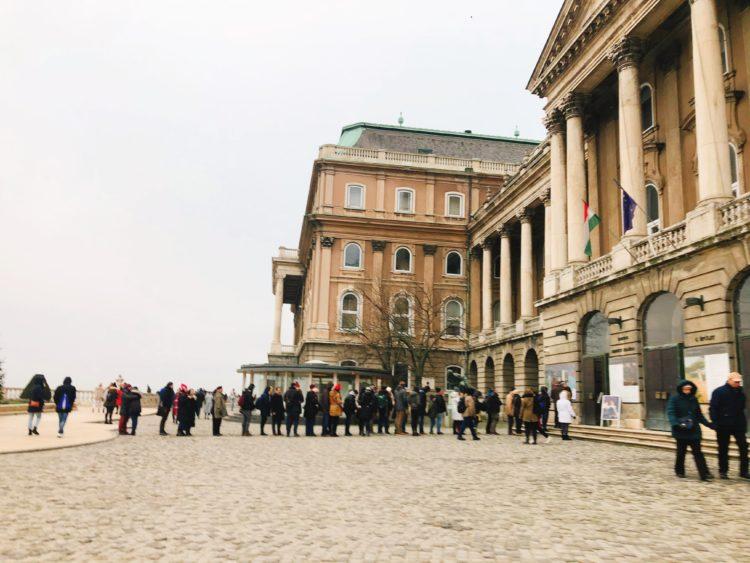 美術館前の行列
