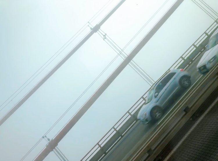 窓の外の霧