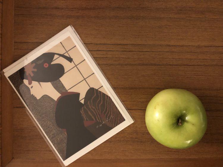 絵葉書と青リンゴ