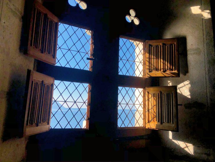 窓 シヨン城からのレマン湖