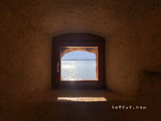 窓 レマン湖 シヨン城から
