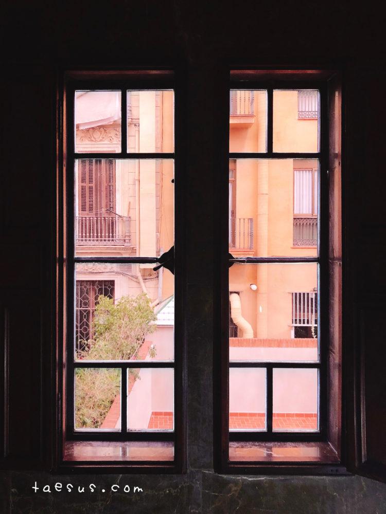 グエル邸の窓